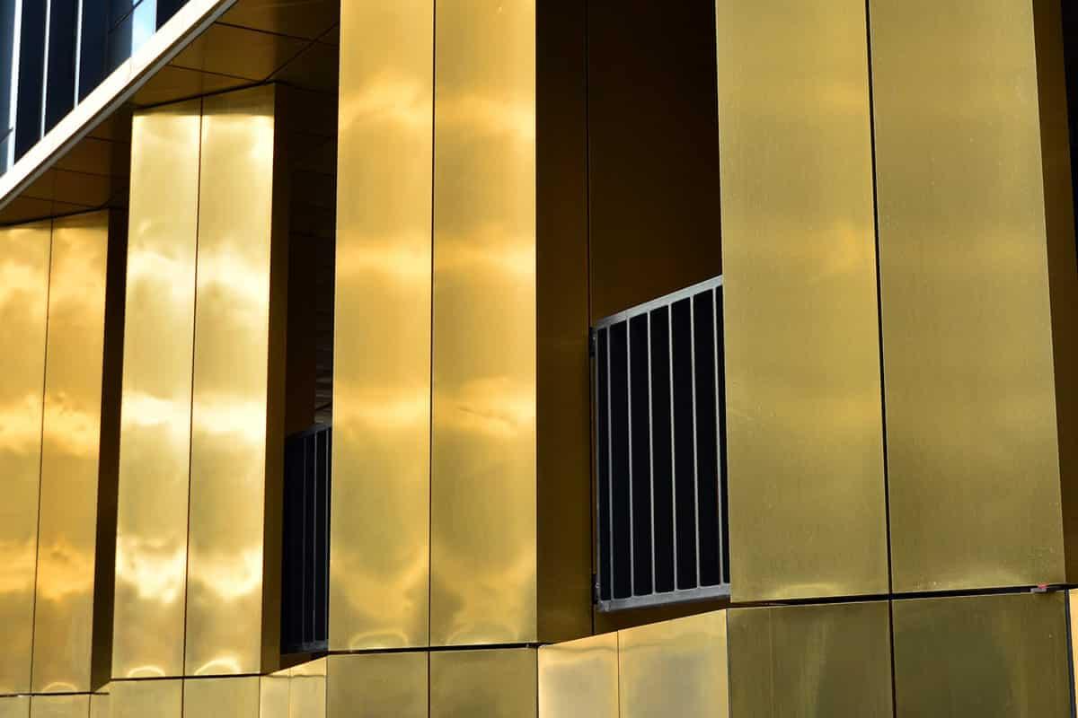 ตกแต่งเสารอบๆ อาคารด้วยสีทองเมทัลลิก